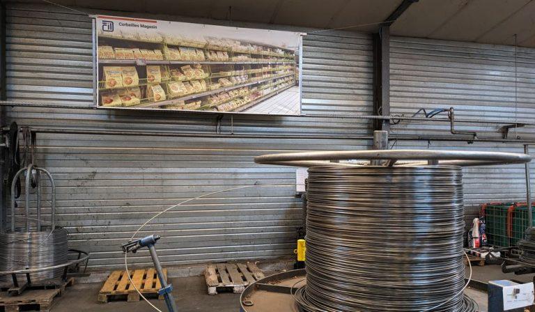 Les produits s'exposent en grand format sur les murs de l'usine